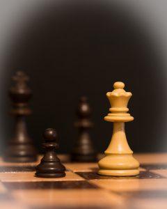 Schackpjäser som symboliserar förhandlingsteknik, taktik och strategi