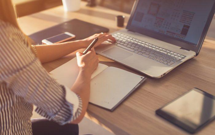 En person som sitter vid ett skrivbord och går en webbutbildning i förhandlingsteknik.