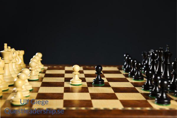 Ett schackbräde som symboliserar förhandlingsteknik, taktik och strategi.