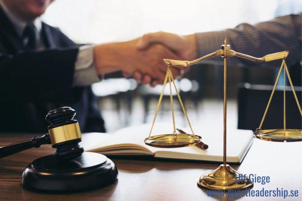 Två personer skakar hand efter en rättvis överenskommelse.